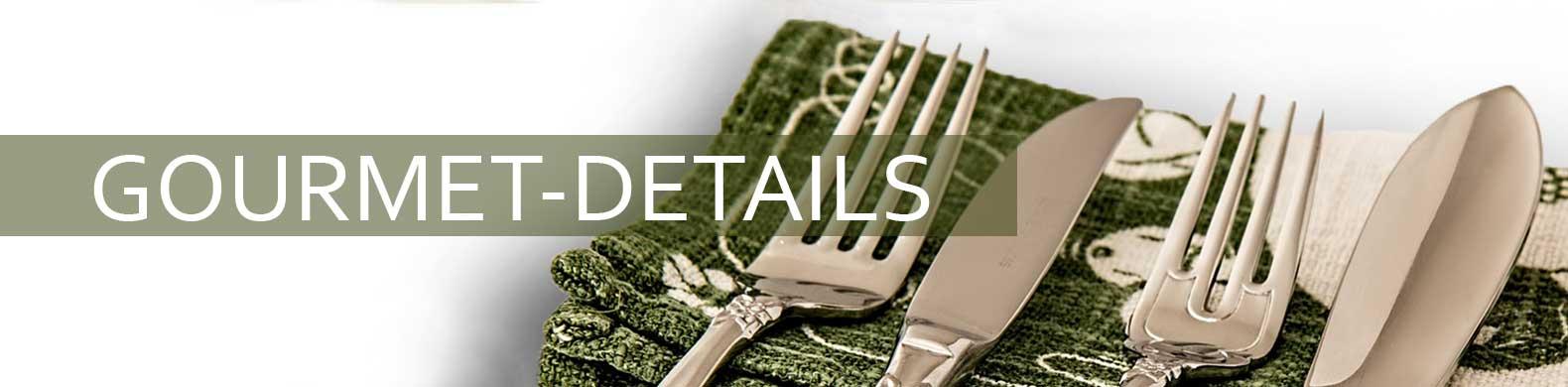 Gourmet-Details Banner sind über einer Serviette drapiert zu sehen.