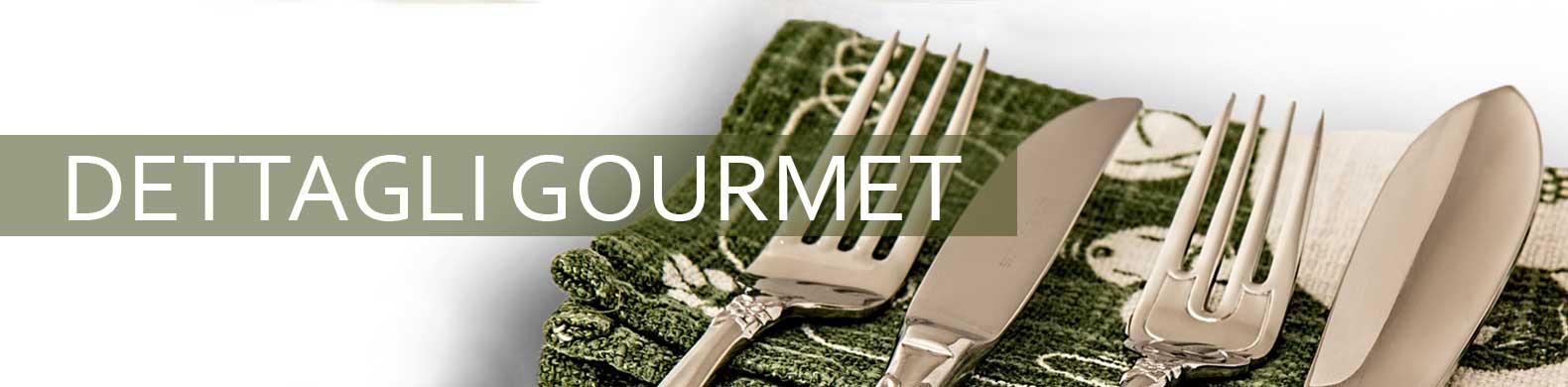 Lo striscione con dettagli gourmet è drappeggiato su un tovagliolo.