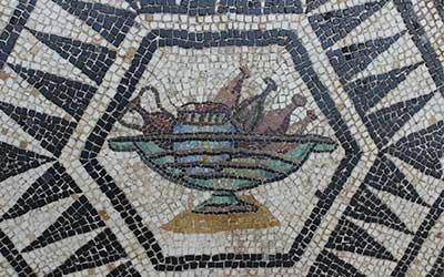 Mosaico romano con anfore e barche