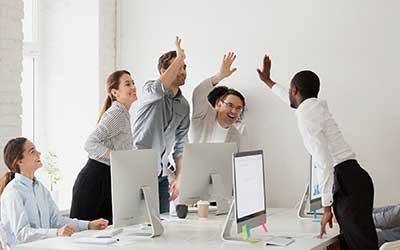 categoria dettagli azienda, vedi una squadra di lavoratori che dà il cinque.