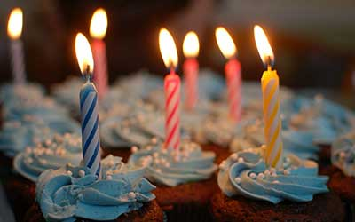 dettagli categoria compleanno, vedi delle candele accese su una torta.