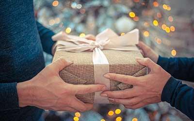 un hombre y una mujer dándose un regalo