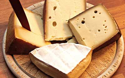 tabla de quesos con varios quesos.