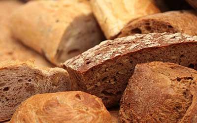 pezzi di pane di diversi colori